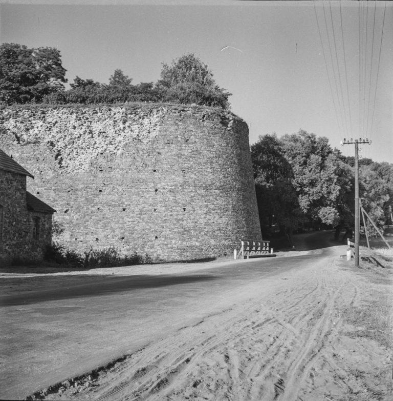 Widok na mur oporowy od strony drogi