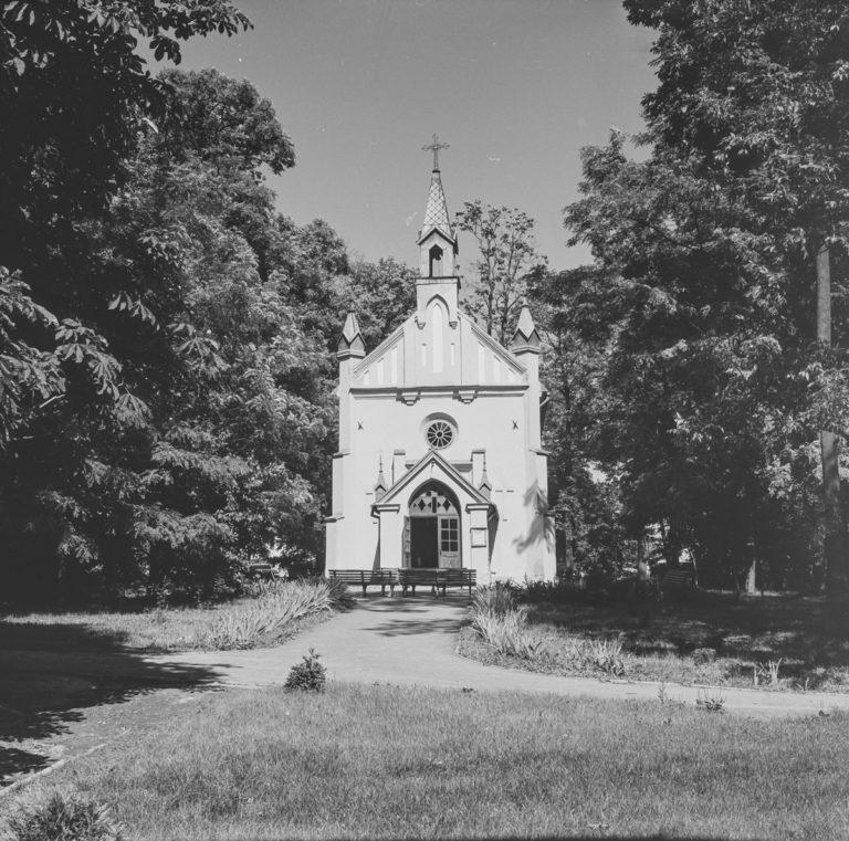Kościółek w parku zdrojowym