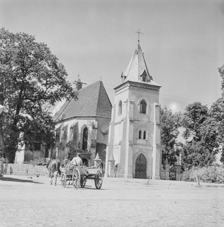 Kościół par. Widok z rynku na wieżę i kościół