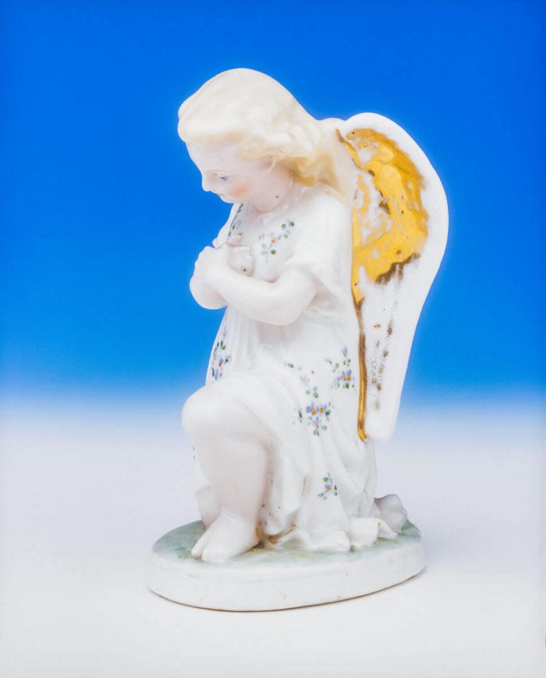 """Figura """"Klęczący anioł"""" – 2 poł. XIX w., Muz. Hist. Archeolog. Ostrowiec Św."""