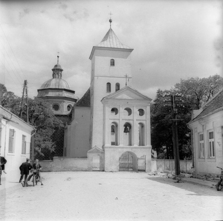 Kościół – widok od strony zachodniej – z dzwonnicą