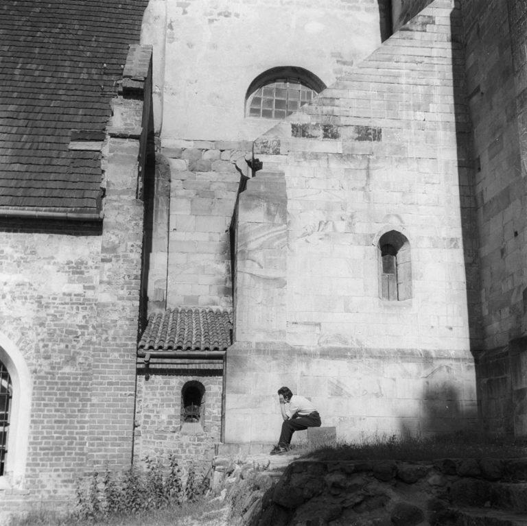 Fragment Kościoła z siedzącym Darkiem