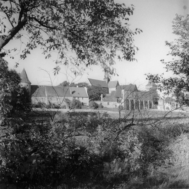 Klasztor spoza krzaków