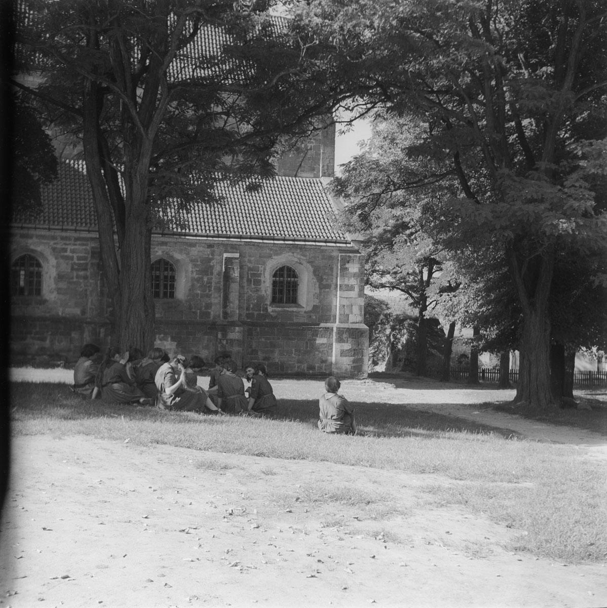 Wycieczka harcerek w klasztorze