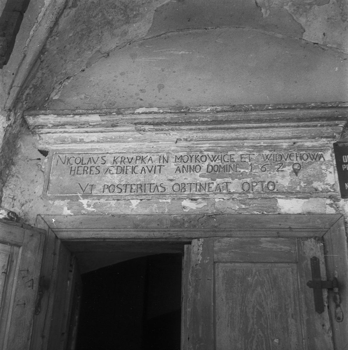 Napis nad portalem w pałacu