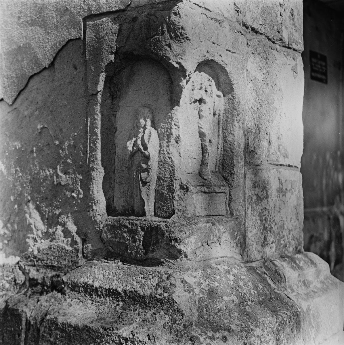 Figurka w murze